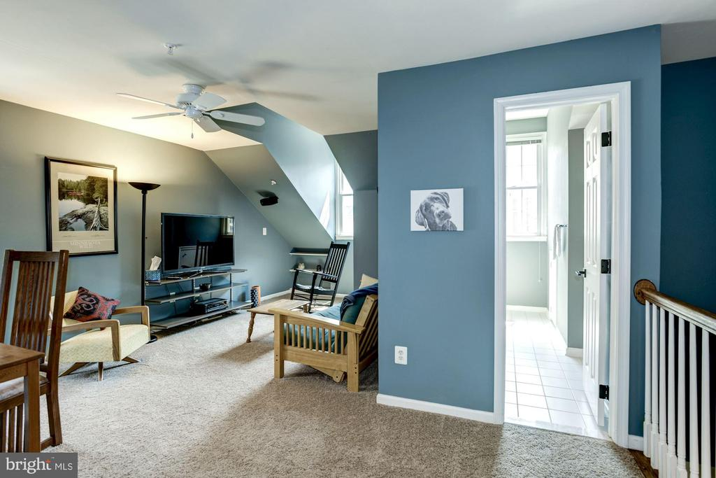 Spacious and bright Family Room on 4th level - 1330 N ADAMS CT, ARLINGTON