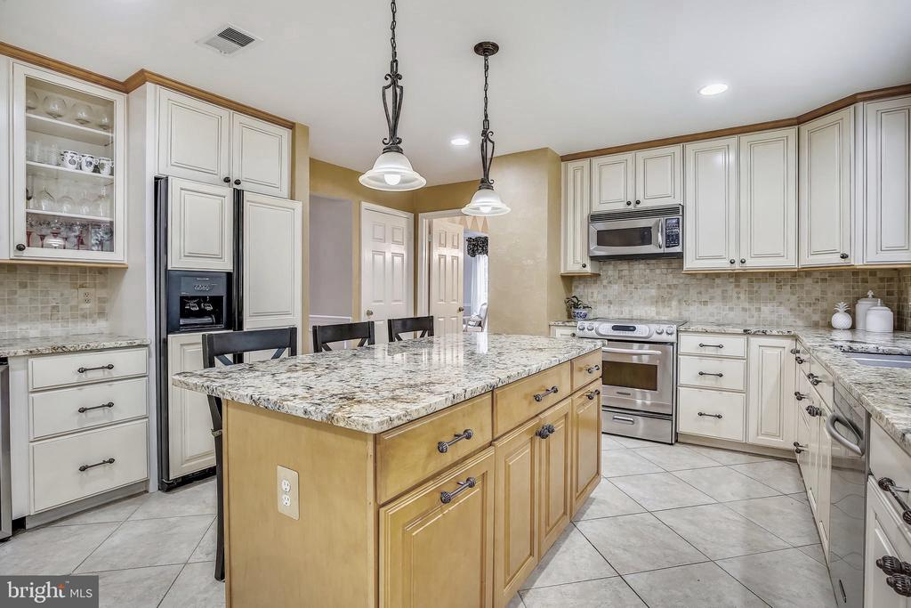 Upgraded Kitchen with Granite. - 2877 FRANKLIN OAKS DR, HERNDON