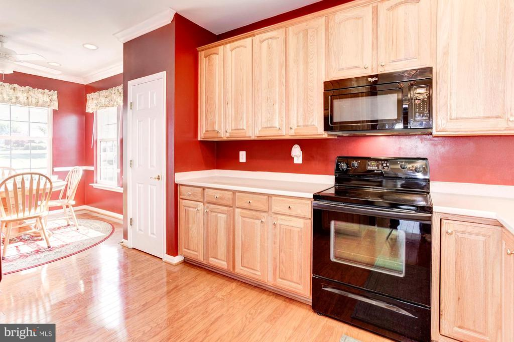 Sunny Kitchen with Pantry - 3854 CHAMPION OAK DR, DUMFRIES