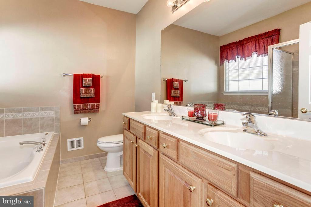 Master Bath with Double Vanity & Large Soaking tub - 3854 CHAMPION OAK DR, DUMFRIES