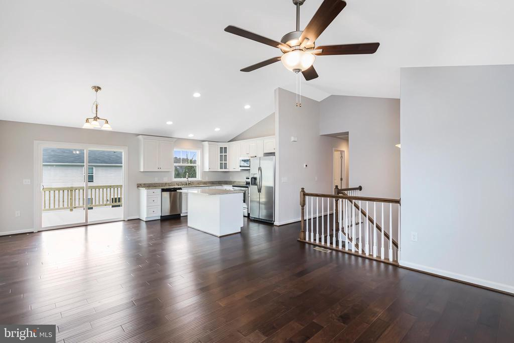 OPEN FLOOR PLAN WILL NOT DISAPPOINT - 1015 HARBOUR DR, STAFFORD