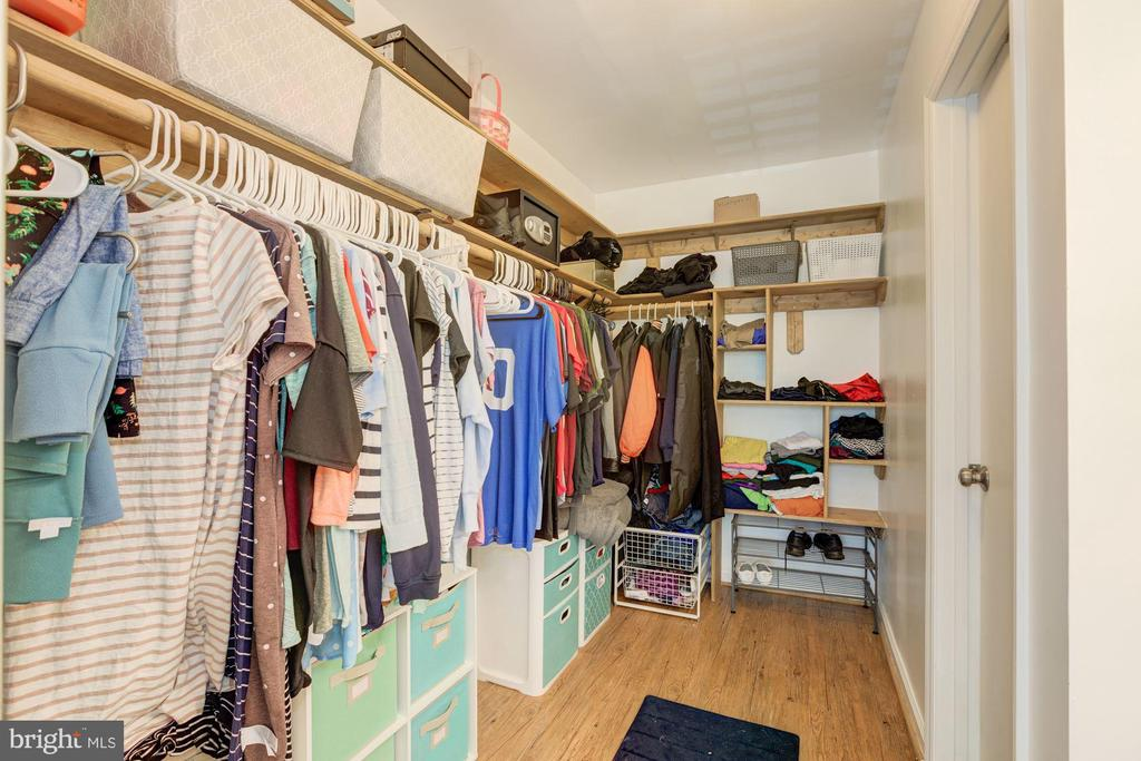 Huge walk in closet off the Master - 6010 CHESTNUT HOLLOW CT, CENTREVILLE