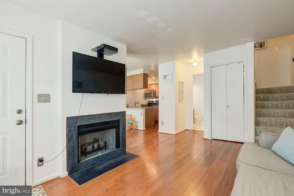 Fireplace is wood burning - 6010 CHESTNUT HOLLOW CT, CENTREVILLE