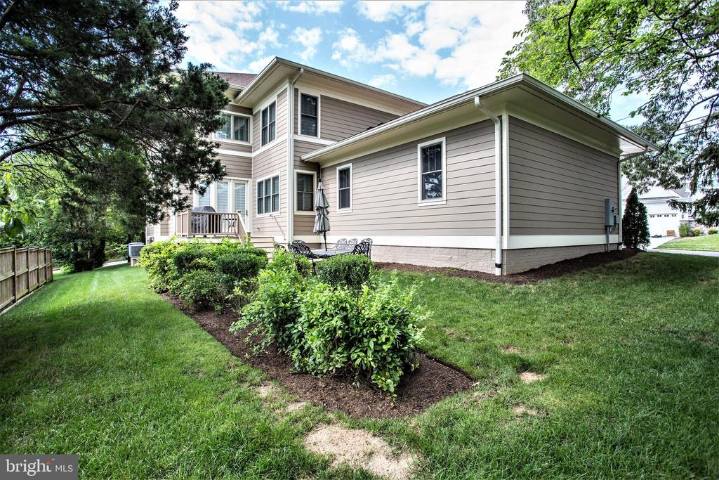 flat  back and side yards for play, sports, garden - 3401 N KENSINGTON ST, ARLINGTON