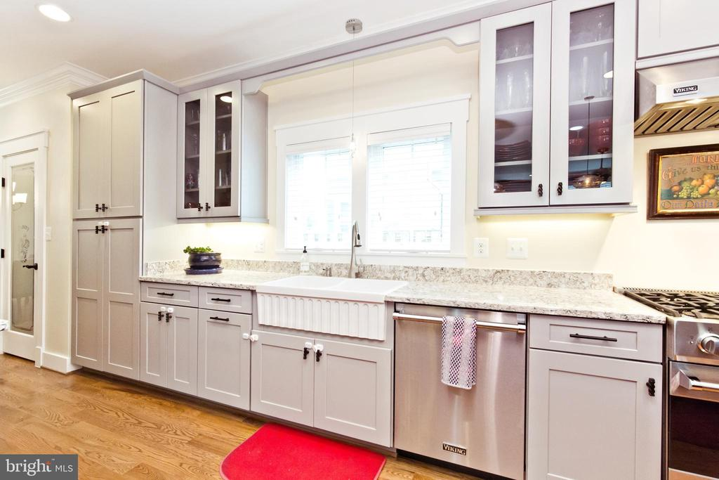 Kitchen with Quartz countertop - 3000 12TH ST S, ARLINGTON