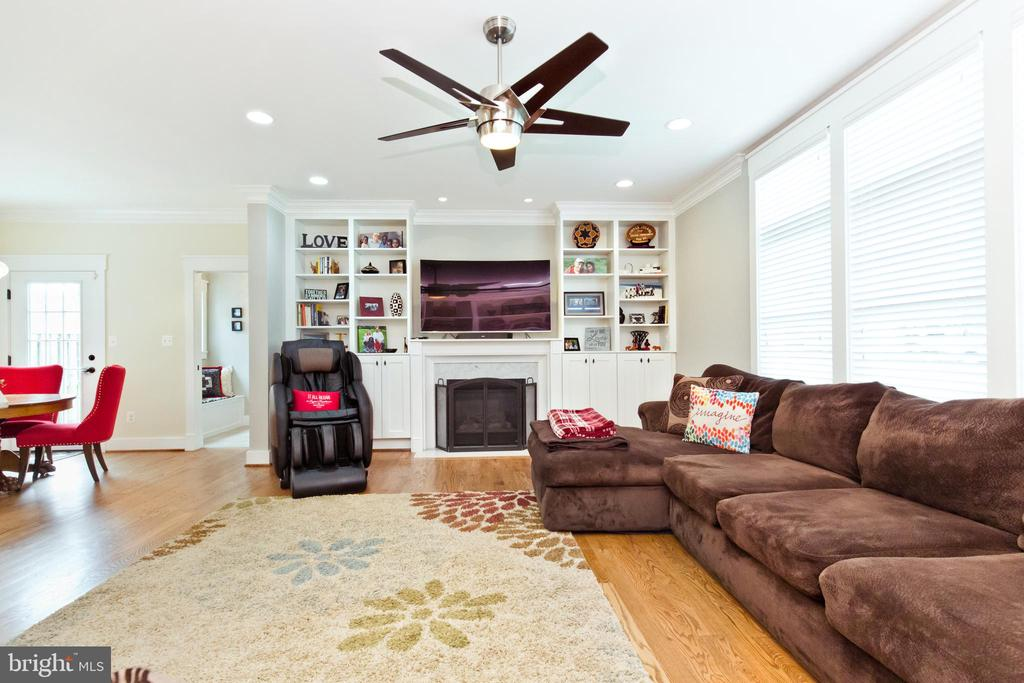 Gas fireplace in Family room - 3000 12TH ST S, ARLINGTON