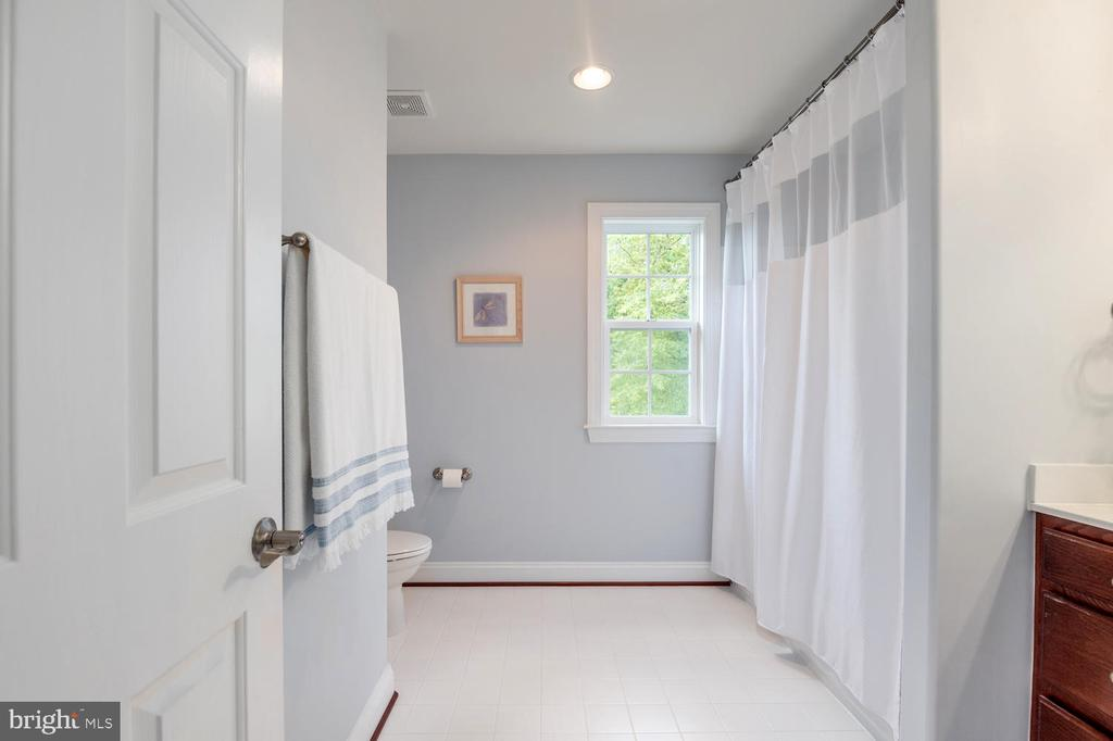 Upstairs Hall Bath - 4950 CAMP GEARY LN, STAFFORD
