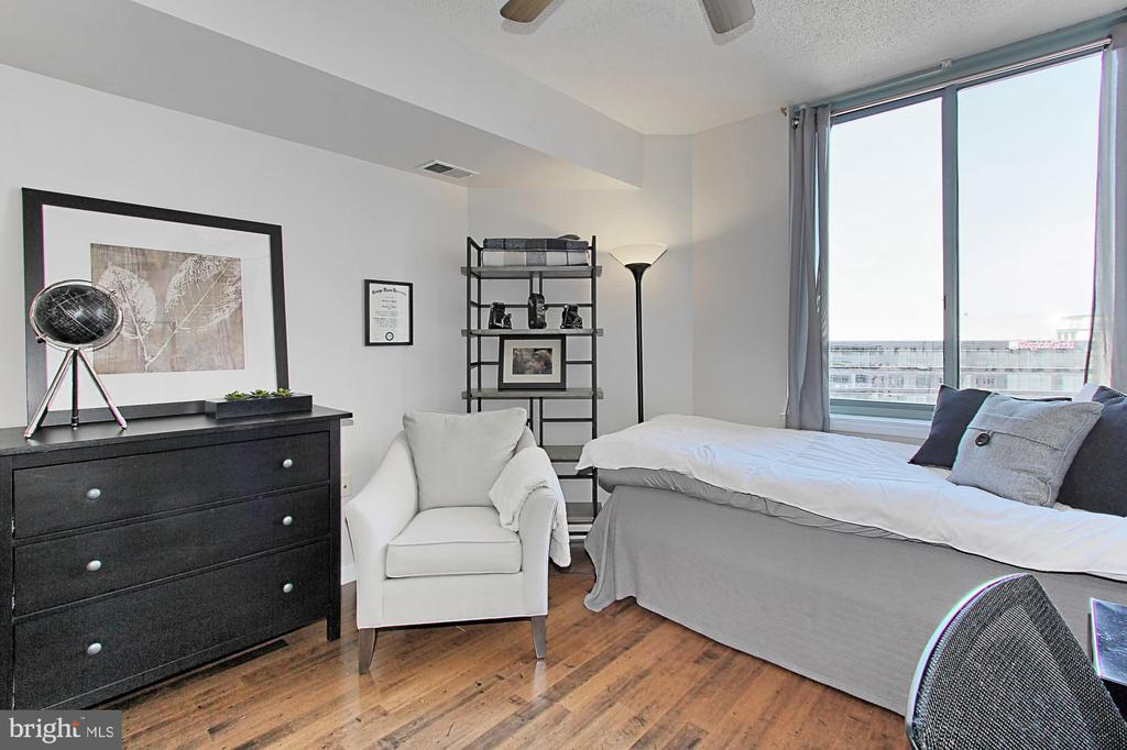 2nd Bedroom with connecting full bath - 851 N GLEBE RD #1104, ARLINGTON