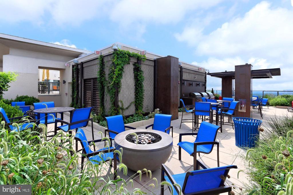 Rooftop lounge - 851 N GLEBE RD #1104, ARLINGTON