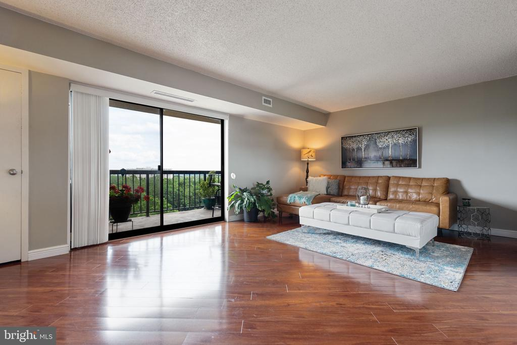 Large living area is fantastic for entertaining! - 200 N PICKETT ST #907, ALEXANDRIA