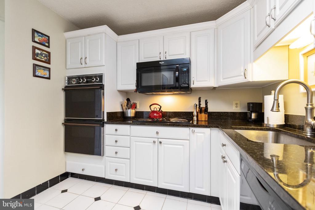 Granite countertops in kitchen - 200 N PICKETT ST #907, ALEXANDRIA