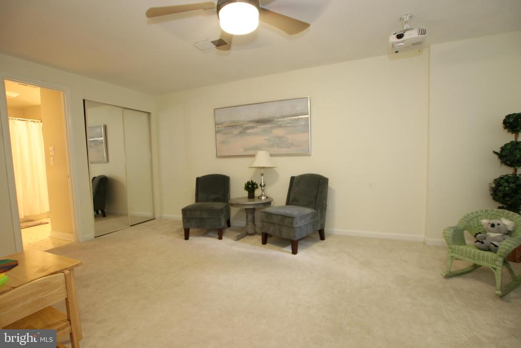 Extra large in-law suite. - 11276 SILENTWOOD LN, RESTON