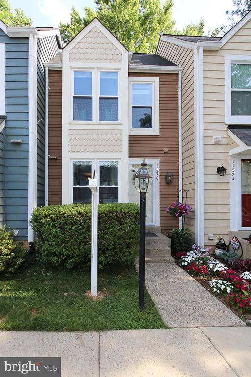 Welcome home! Your new townhouse near the lake. - 11276 SILENTWOOD LN, RESTON