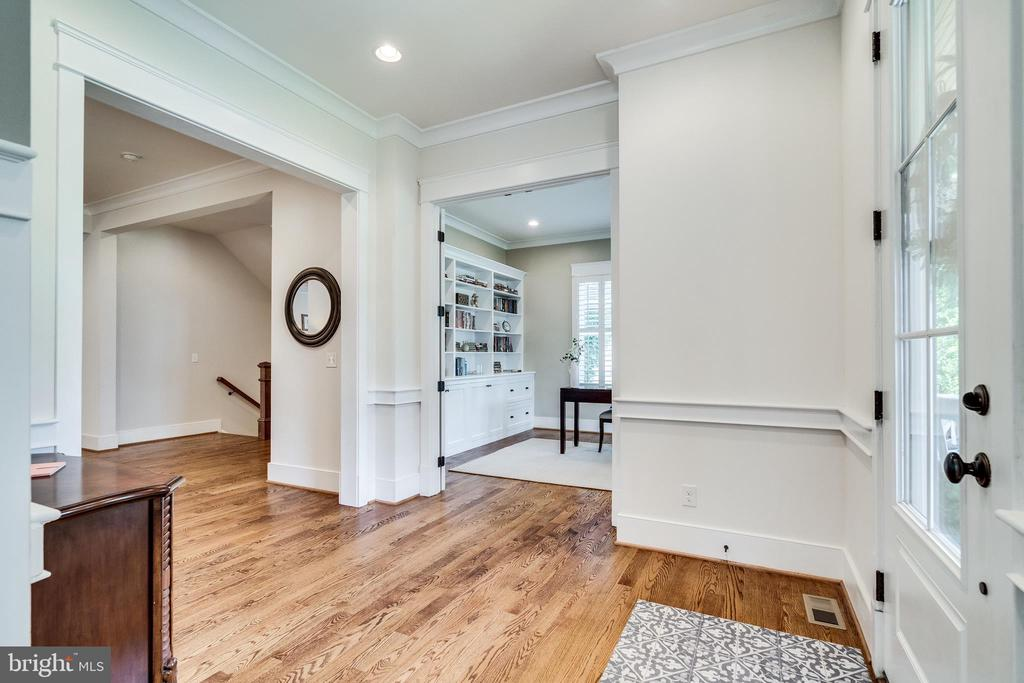 Front entry with doorway to office - 8720 PLYMOUTH RD, ALEXANDRIA