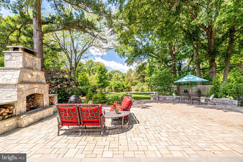 Delightful patio with outdoor fireplace - 8720 PLYMOUTH RD, ALEXANDRIA