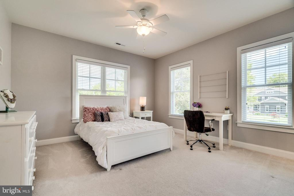Bedroom #1 on upper level - 8720 PLYMOUTH RD, ALEXANDRIA