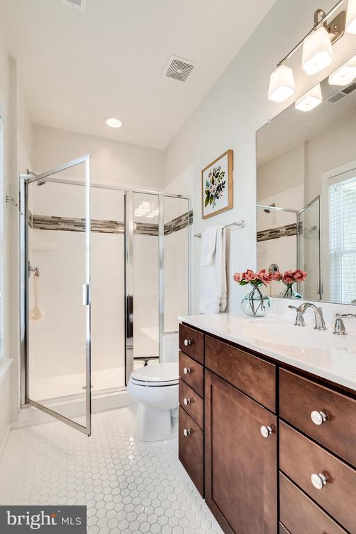 Full bathroom attached to bedroom #1 - 8720 PLYMOUTH RD, ALEXANDRIA