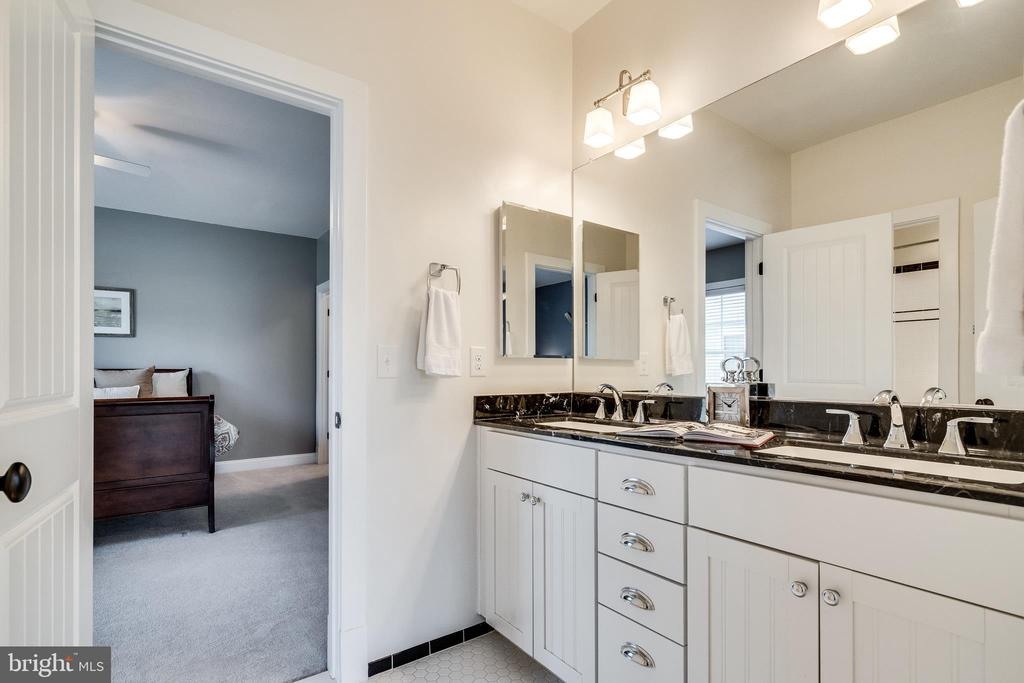 Jack and Jill full bathroom on upper level - 8720 PLYMOUTH RD, ALEXANDRIA