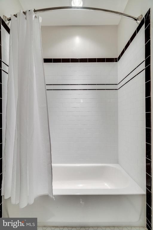 Jack and Jill bathroom shower/tub combo - 8720 PLYMOUTH RD, ALEXANDRIA