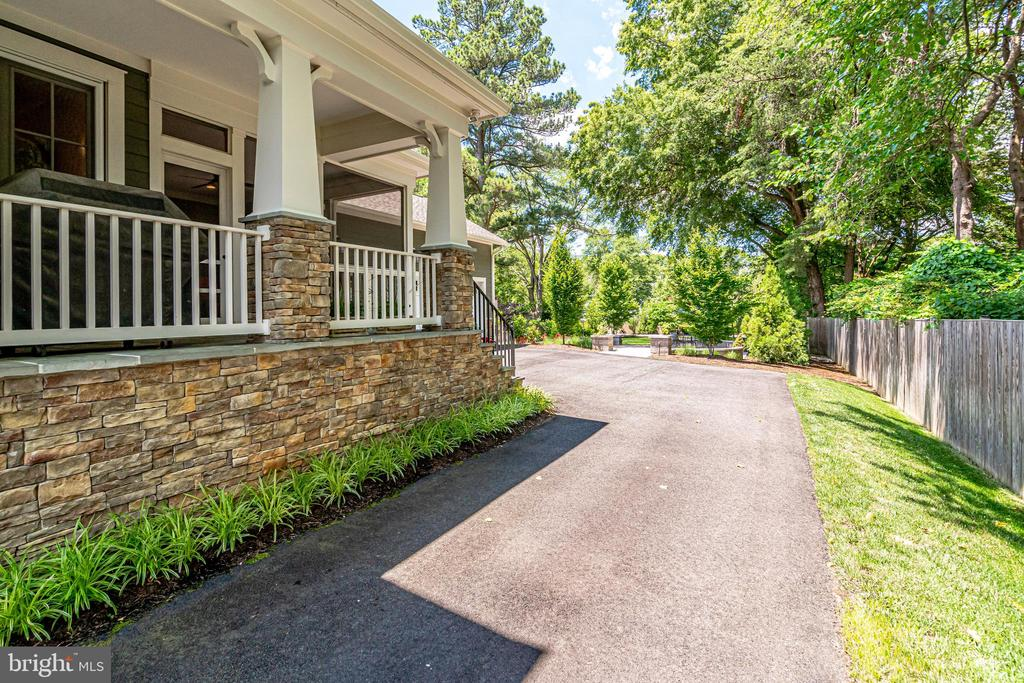 Covered side porch - 8720 PLYMOUTH RD, ALEXANDRIA
