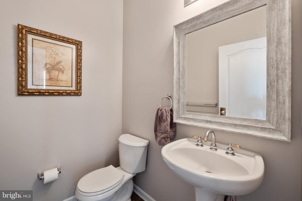 Main Level Powder Room - 42919 SHELBOURNE SQ, CHANTILLY
