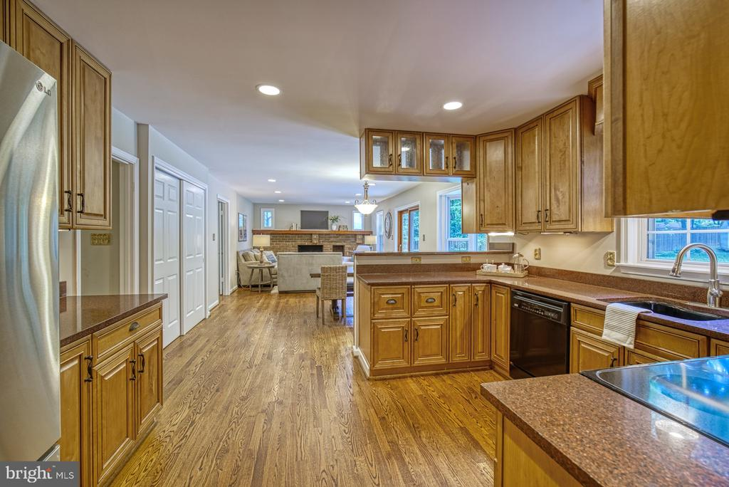 Amazing open floor plan kitchen to family room - 12302 CANNONBALL RD, FAIRFAX
