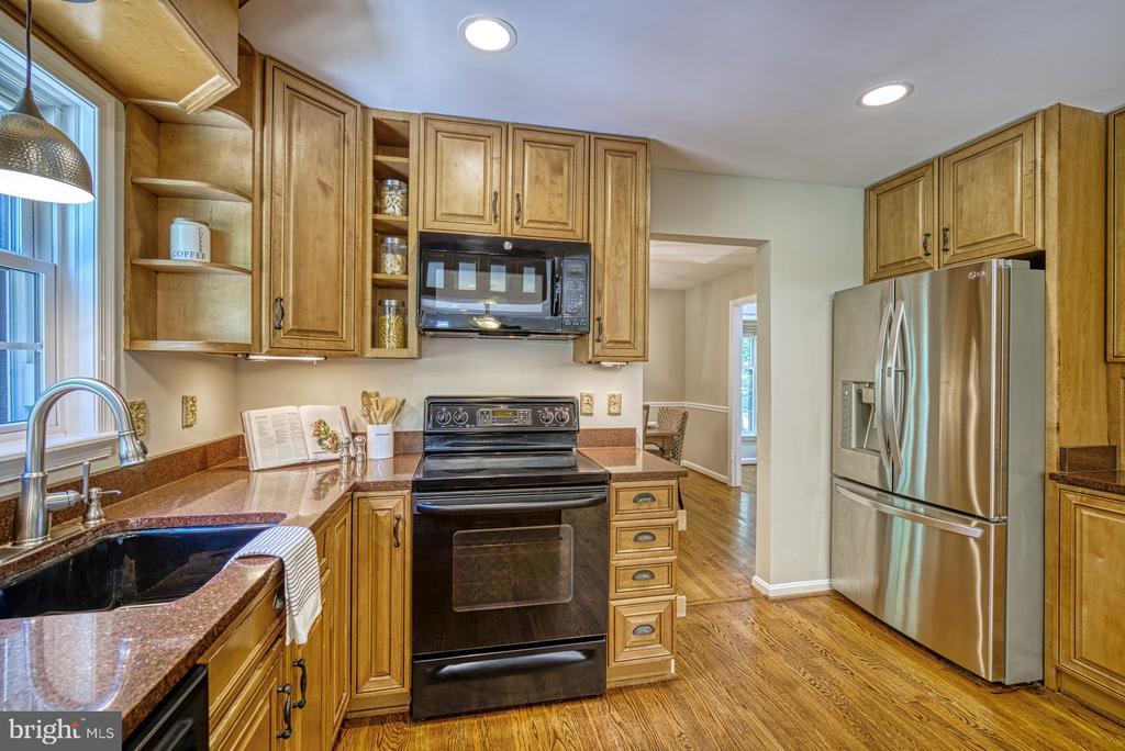 Hardwood 42-inch cabinets - 12302 CANNONBALL RD, FAIRFAX