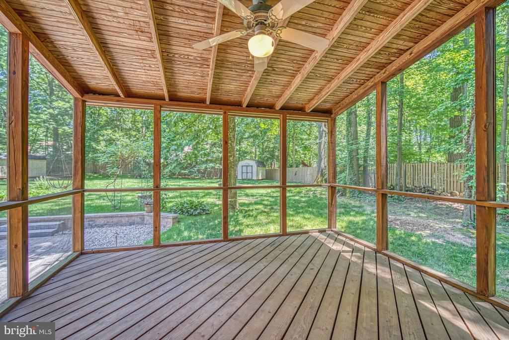 Entertain and relax on the screened porch - 12302 CANNONBALL RD, FAIRFAX