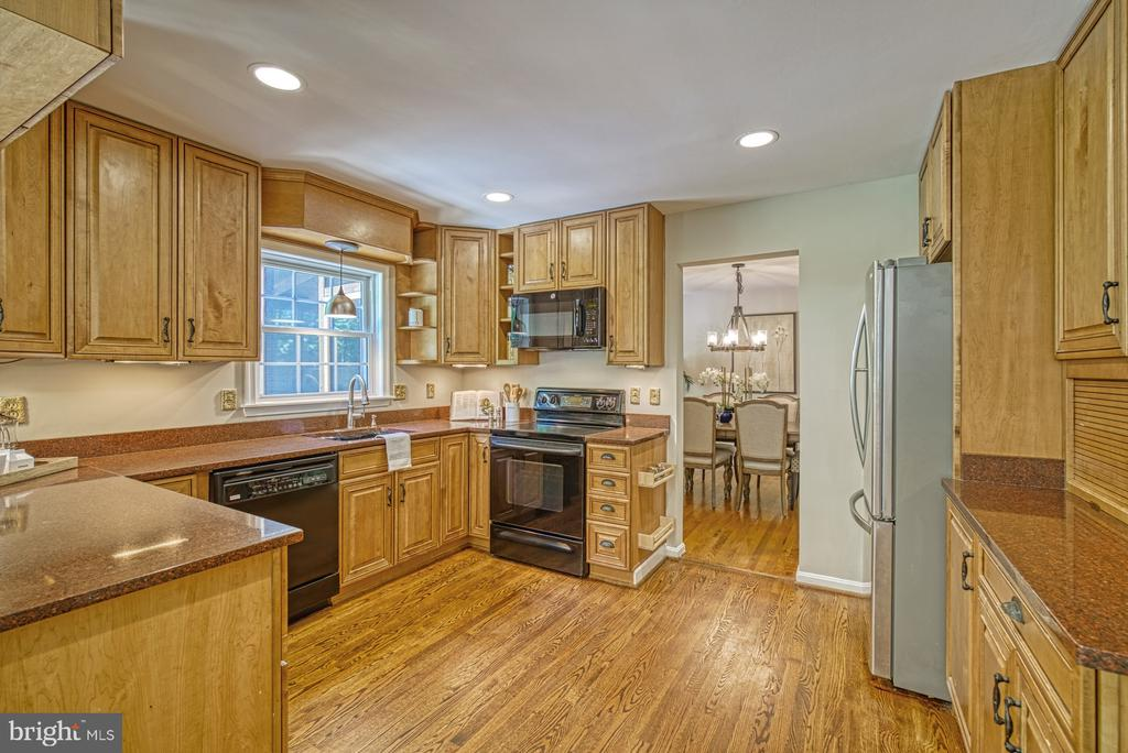 Granite counters, recessed lighting - 12302 CANNONBALL RD, FAIRFAX