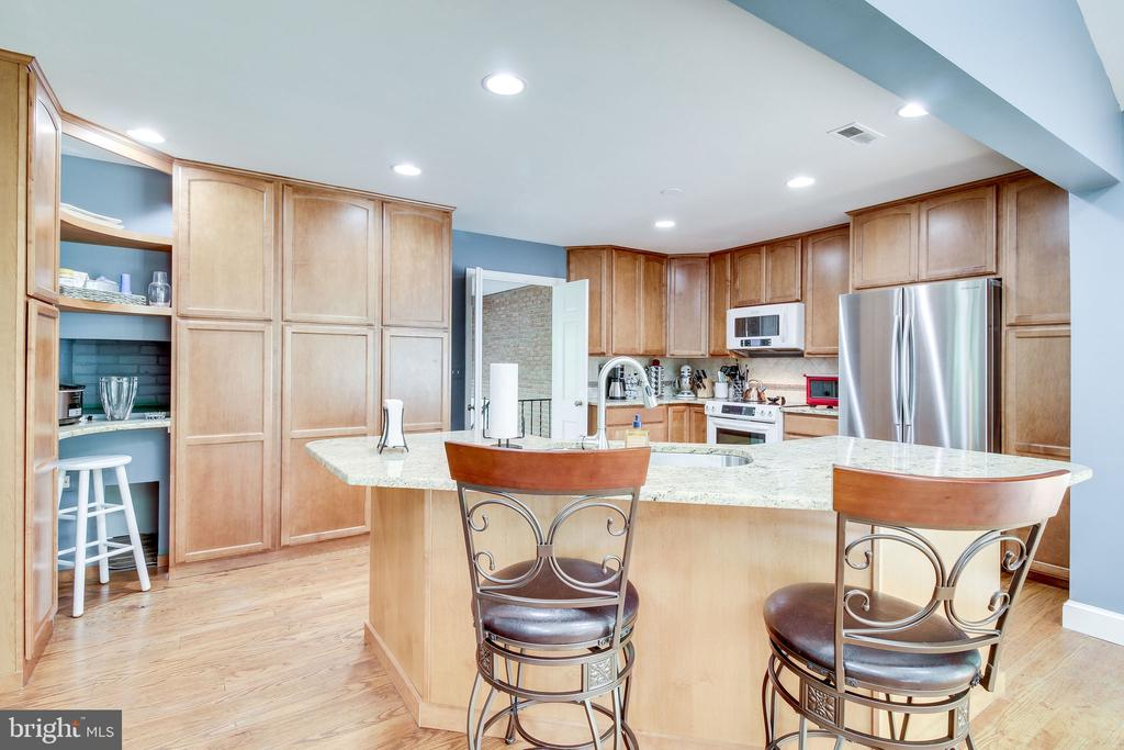kitchen with island seating - 2718 FOX MILL RD, OAK HILL