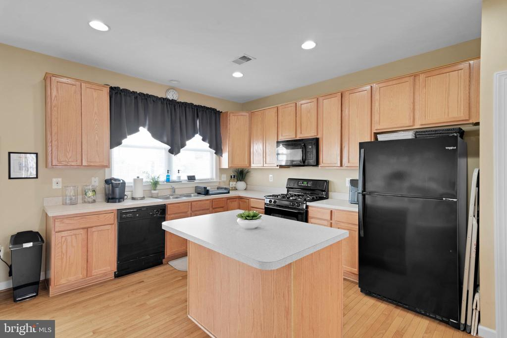 Window Over Kitchen Sink with View of Back Yard! - 8187 COBBLE POND WAY, MANASSAS