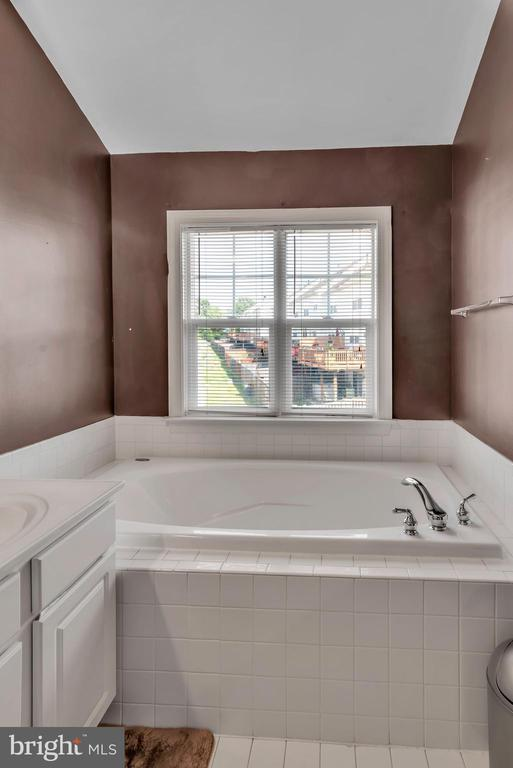 Master Bathroom with Large Soaking Tub! - 8187 COBBLE POND WAY, MANASSAS