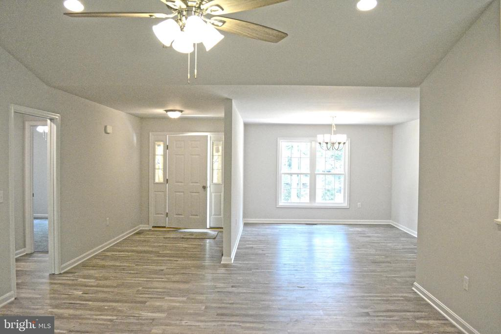 Foyer and formal dining room - 111 APPLEVIEW CT, LOCUST GROVE