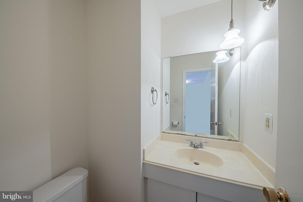 Main Level Powder Room - 10227 QUIET POND TER, BURKE