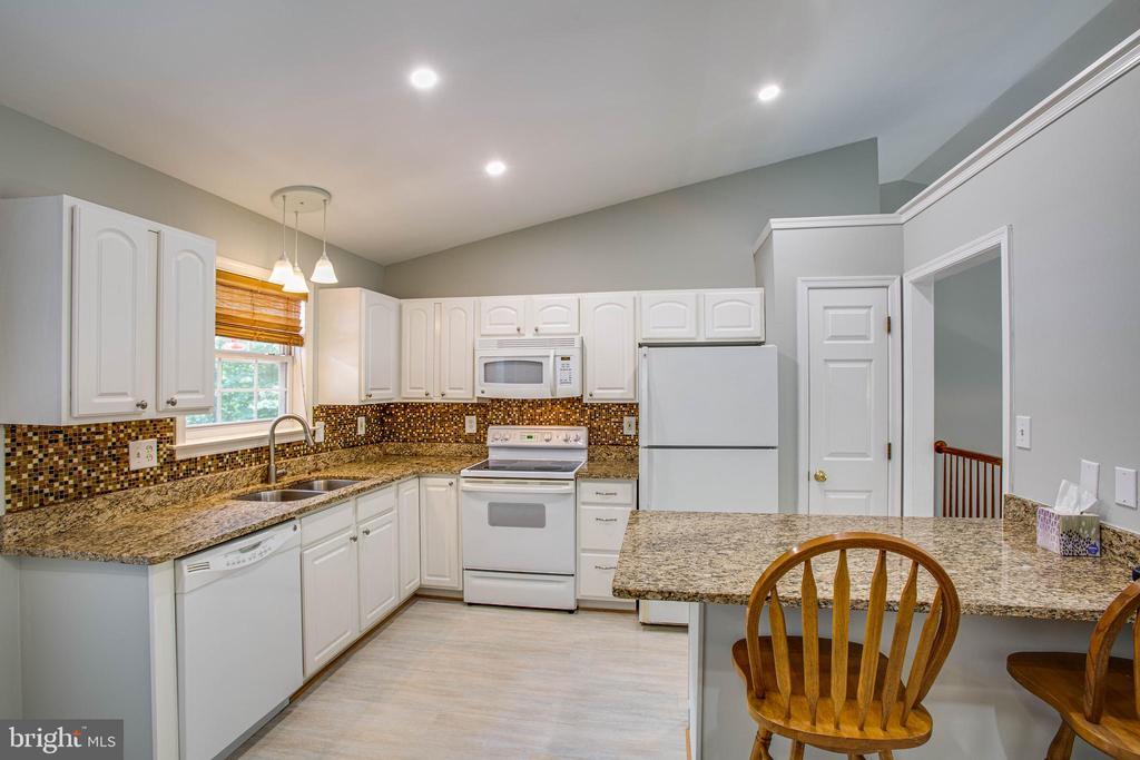 Updated kitchen w/granite counters - 120 CASCADE LN, FREDERICKSBURG