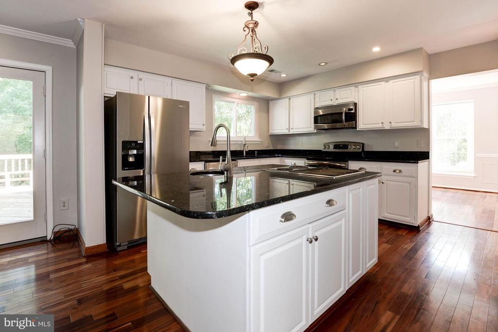 Large center island with additional cooktop - 3224 WILDMERE PL, HERNDON