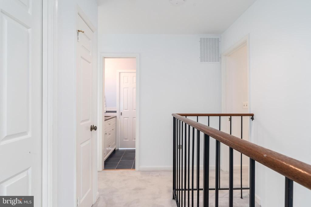 Second level stair hall - 9815 CAMPBELL DR, KENSINGTON