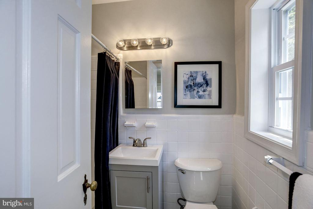 Guest and second floor bath - 926 26TH ST S, ARLINGTON