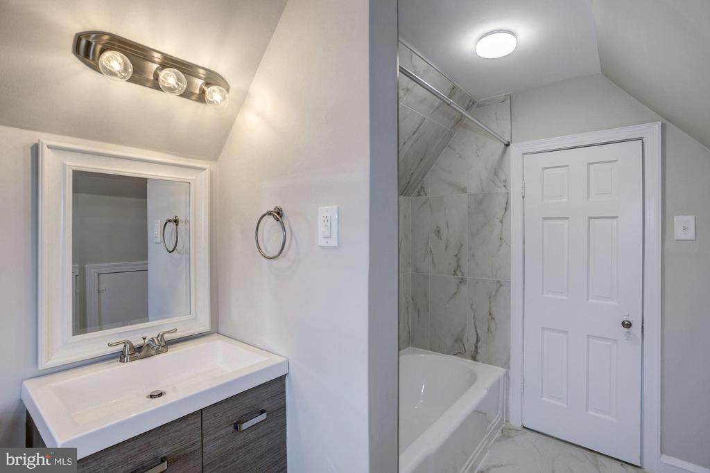Renovated third floor bath - 926 26TH ST S, ARLINGTON
