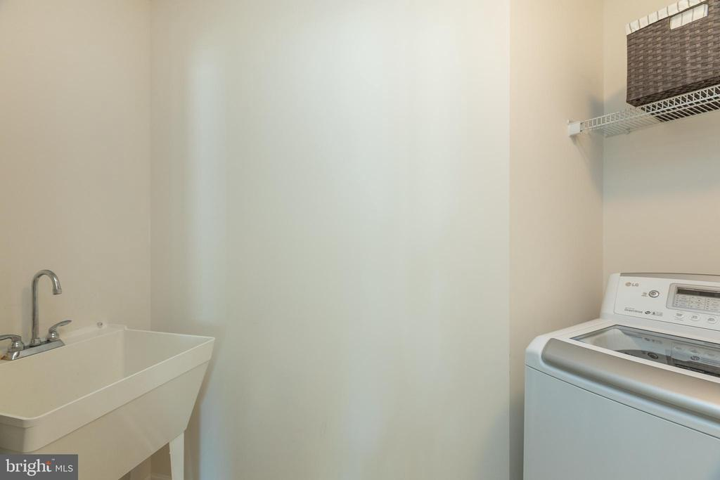 Sink in Laundry room! - 40594 SCULPIN CT, ALDIE
