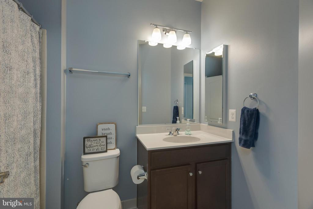Main level bathroom - 40594 SCULPIN CT, ALDIE