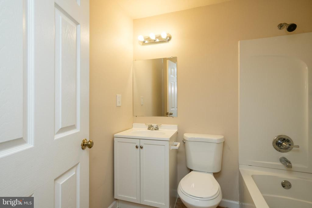 Full bathroom in the basement - 2855 BOWES LN, WOODBRIDGE
