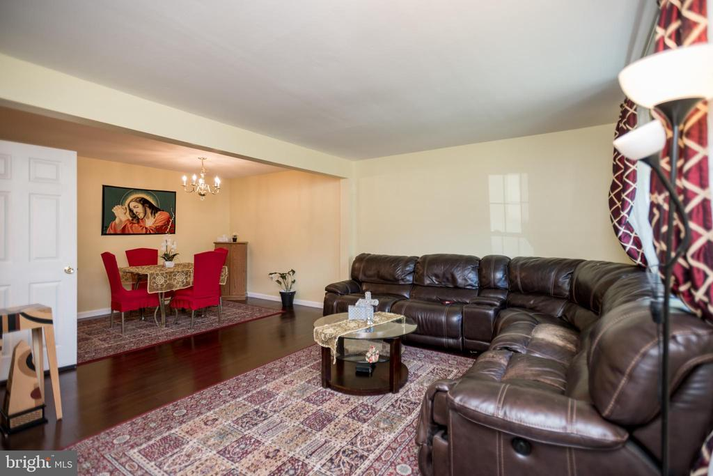 Spacious living room - 2855 BOWES LN, WOODBRIDGE