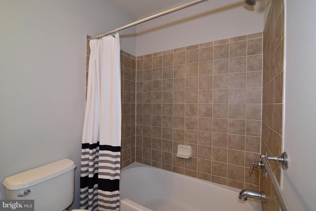 Nicely arranged upstairs hall bath - 42814 RAVENGLASS DR, ASHBURN