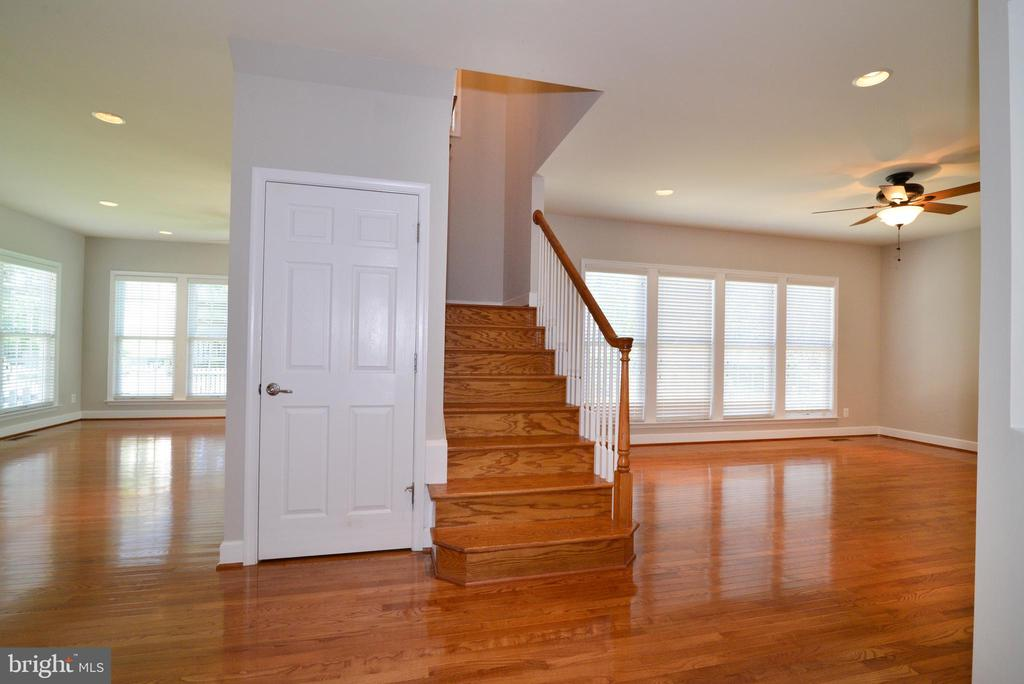 Hardwood continues upstairs and down - 42814 RAVENGLASS DR, ASHBURN