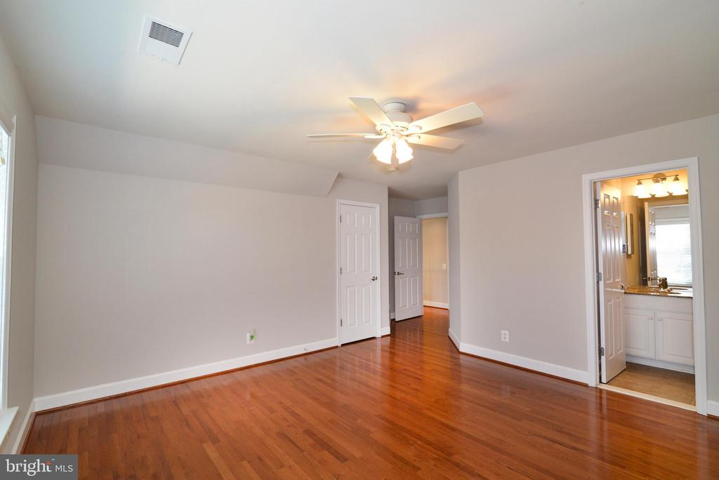 A second master suite with  private bath - 42814 RAVENGLASS DR, ASHBURN