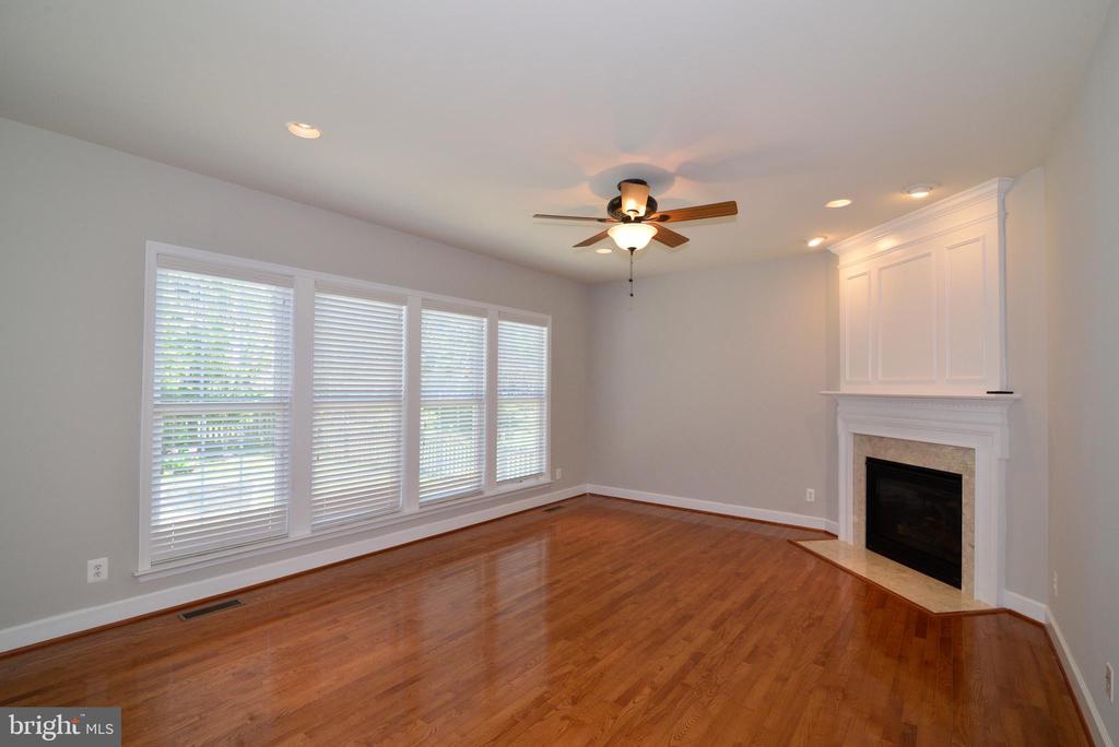 Your family room overlookss the flagstone patio - 42814 RAVENGLASS DR, ASHBURN