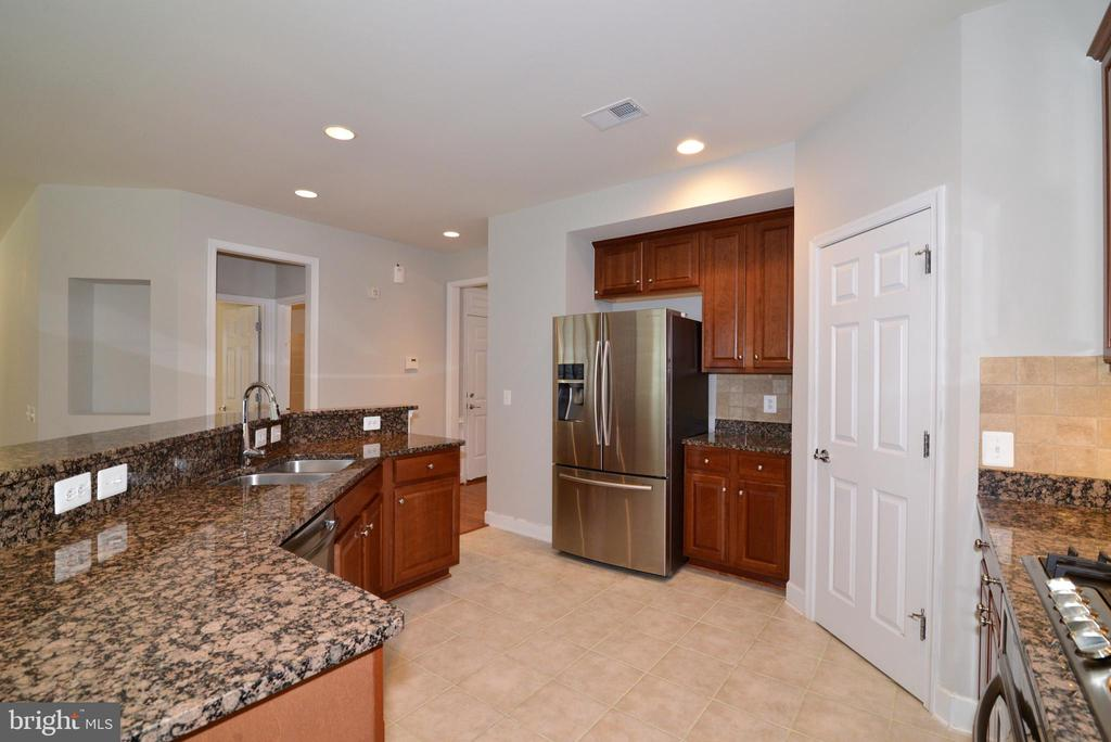 Your kitchen features tons of counterspace - 42814 RAVENGLASS DR, ASHBURN