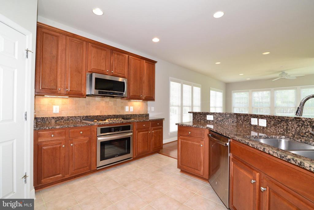 Great light from the sunroom into the kitchen - 42814 RAVENGLASS DR, ASHBURN