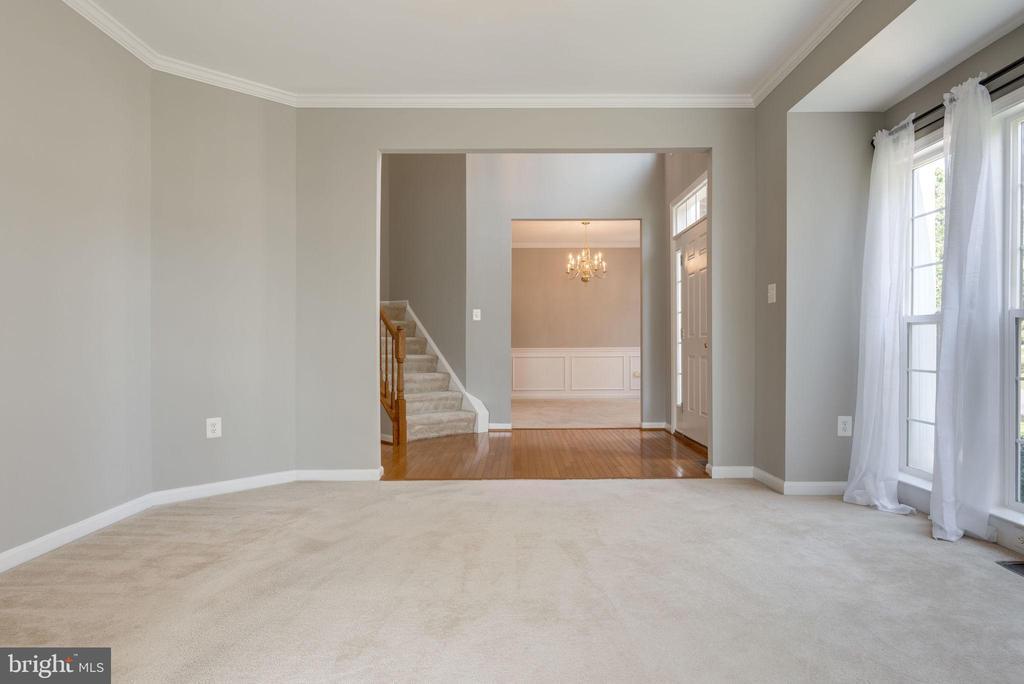 LIVING -WINDOWS BRINGS IN LOTS OF NATURAL LIGHT ! - 42345 ASTORS BEACHWOOD CT, CHANTILLY